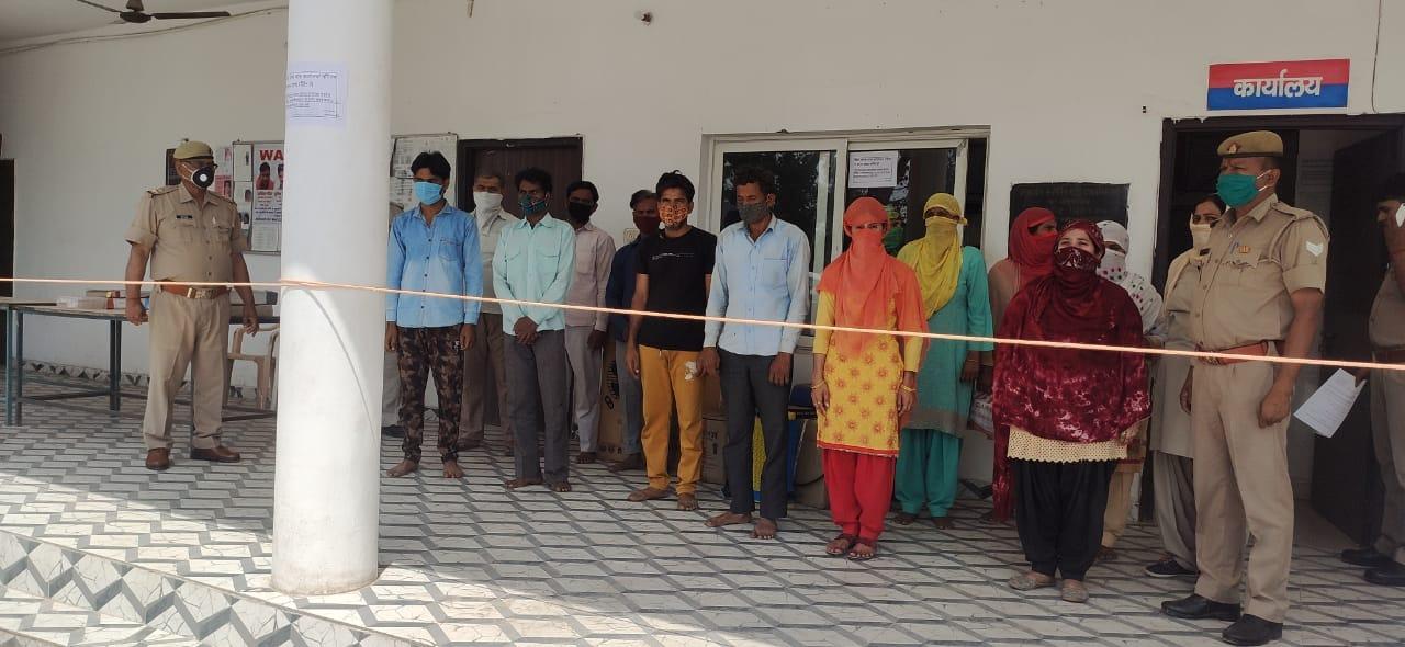 पुलिस ने 18 नामजद और 200 अज्ञात के खिलाफ मामला दर्ज किया, दर्जन भर गिरफ्तार हुए