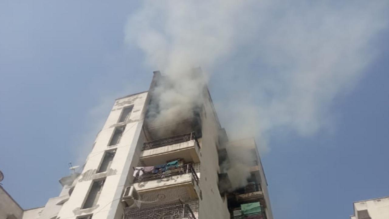 गाजियाबाद की पॉश सोसाइटी के फ्लैट में लगी आग